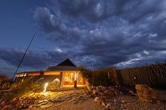 Loge dans les déserts de touristes de réception de la Namibie et nature en parcs nationaux image stock