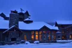 Loge de base de ski dans Stowe, VT la nuit image stock