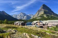 Loge de beaucoup de glaciers sur le lac Swiftcurrent Images libres de droits