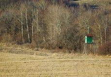 Loge de chasse dans une forêt Image libre de droits