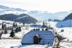 Loge de montagne avec un paysage étonnant d'hiver photos libres de droits