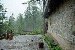 Loge de montagne sous la pluie Photographie stock