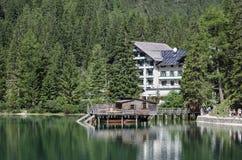 Loge et bateau sur le lac Photographie stock libre de droits