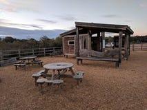 Loge för reserv för kärrDrayton RSPB natur med picknickplacering arkivbild