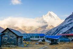 Loge och restaurang på den Annapurna basläger i Nepal arkivbilder