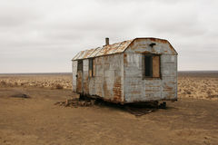 Logement abandonné dans le désert Image stock