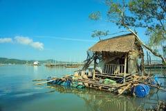 Logement de flottement des pêcheurs locaux en mer photo stock