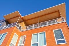 Logement plaqué de bois de construction lumineux établissant le détail extérieur photographie stock libre de droits