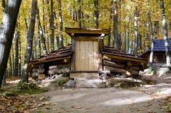 Logement temporaire en bois de montagne Images libres de droits