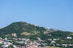 Logements colorés sur Hillside tropical vert Images libres de droits