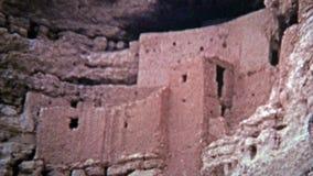 1972 : Logements de falaise de monument national de château de Montezuma des personnes de natif américain banque de vidéos
