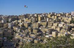 Logements de Hillside à Amman avec le drapeau de la Jordanie Images stock
