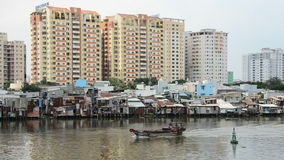 Logements et cabanes sur la rivière de Saigon - Ho Chi Minh City (Saigon) clips vidéos