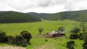 Logements indigènes dans la réservation de Shangri-La image stock