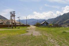 Loges rurales en montagnes d'Altai photographie stock libre de droits