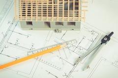 Logez en construction et des accessoires pour dessiner sur les diagrammes électriques pour le projet, établissant le concept à la Image stock