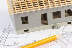 Logez en construction et des accessoires pour dessiner sur les diagrammes électriques pour le projet Image stock