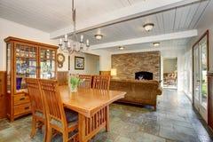 Logez l'intérieur avec l'espace ouvert, y compris la salle à manger, le salon et la chambre familiale photographie stock