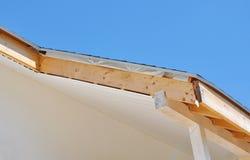 Logez la construction de toiture avec installer des soffites et des tableaux de fasce images stock