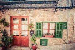 Logez la façade avec des portes et la fenêtre verte sur la rue médiévale Photos libres de droits