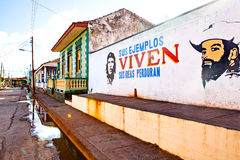 Logez la façade dans Baracoa avec la propagande et le ch communistes peints photo stock