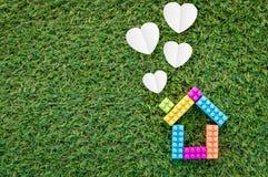 Logez la forme modèle et de papier de coeur sur la texture d'herbe jpg Photographie stock libre de droits