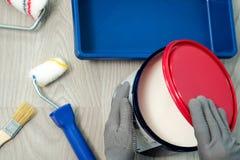 Logez la rénovation, peinture peut sur le vieux fond en bois avec l'espace de copie Images libres de droits