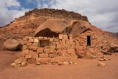 Logez la roche dans le désert aux falaises vermeilles Photos stock