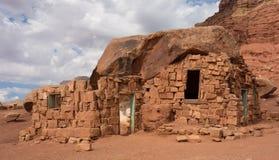 Logez la roche dans le désert aux falaises vermeilles Photo libre de droits