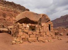 Logez la roche dans le désert aux falaises vermeilles Images libres de droits