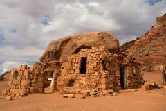 Logez la roche dans le désert aux falaises vermeilles Image libre de droits