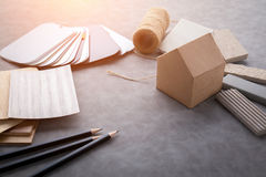 Logez le concept de construction avec le modèle et le matériel de maquette de papier de maison Images stock