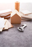 Logez le concept de construction avec le modèle et le matériel de maquette de papier de maison Images libres de droits