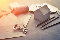 Logez le concept de construction avec le modèle et le matériel de maquette de papier de maison Image libre de droits
