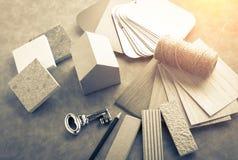 Logez le concept de construction avec le modèle et le matériel de maquette de papier de maison Image stock