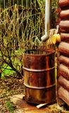 Logez le drain et le baril rouillé sur le coin du bloc Co photo libre de droits