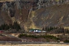 Logez les montagnes donnant sur les courbures des collines, Islande photo stock