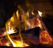Logfire in open haard stock foto