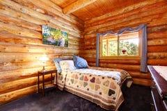 Logga det lantliga sovrummet för kabinen med blåttgardiner. Arkivfoton