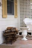 Loggar in en veranda Arkivbilder