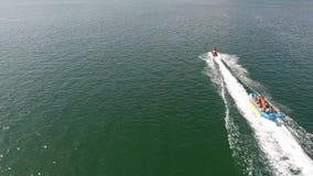 Logi för vattensportperson som dras av den flyg- sikten 4K för sparkcykel Flyga bak en ung vaklogiprofessionell på stock video