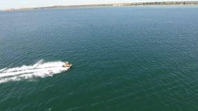 Logi för vattensportperson som dras av den flyg- sikten 4K för sparkcykel Flyga bak en ung vaklogiprofessionell på lager videofilmer