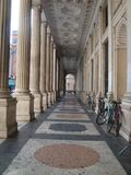Logia de un edificio institucional con las columnas rayadas y el piso de mármol adornado en Roma Italia Fotografía de archivo