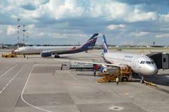 Logiet av aeroplan i internationell flygplats Arkivbilder
