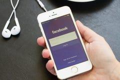 Loging在Facebook app 免版税库存照片