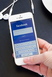 Loging i Facebook app på Iphone5s med hjälp av fingeravtrycket. Arkivfoto
