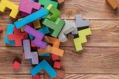 Logiska uppgifter som komponeras av färgrika träformer Arkivfoton