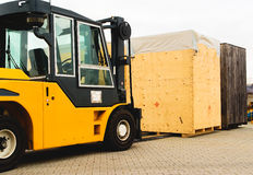 Logistica, carrello elevatore con il caso di legno Fotografia Stock Libera da Diritti