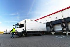 Logistiek en goederenopslag - lading en het leegmaken van goederen voor royalty-vrije stock afbeelding