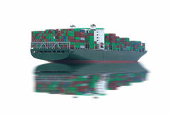 Logistiek en vervoer van Internationaal die Containervrachtschip in de oceaan op witte achtergrond wordt geïsoleerd royalty-vrije stock foto